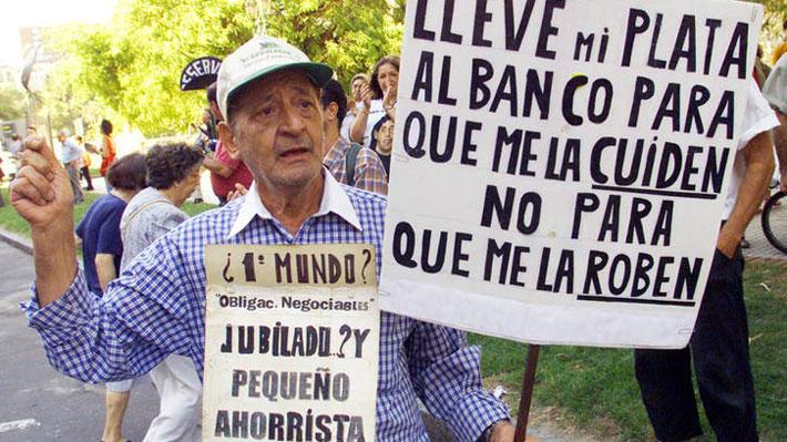 """El efecto """"Corralito"""": La medida que gatilló la caída de Fernando De la Rúa en Argentina"""