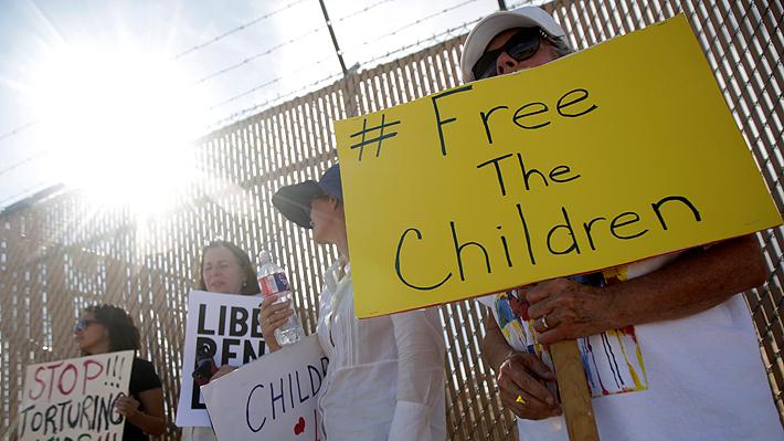 """Abogada revela cómo viven los niños detenidos en la frontera de EE.UU.: """"Parecían estar enfermos"""""""
