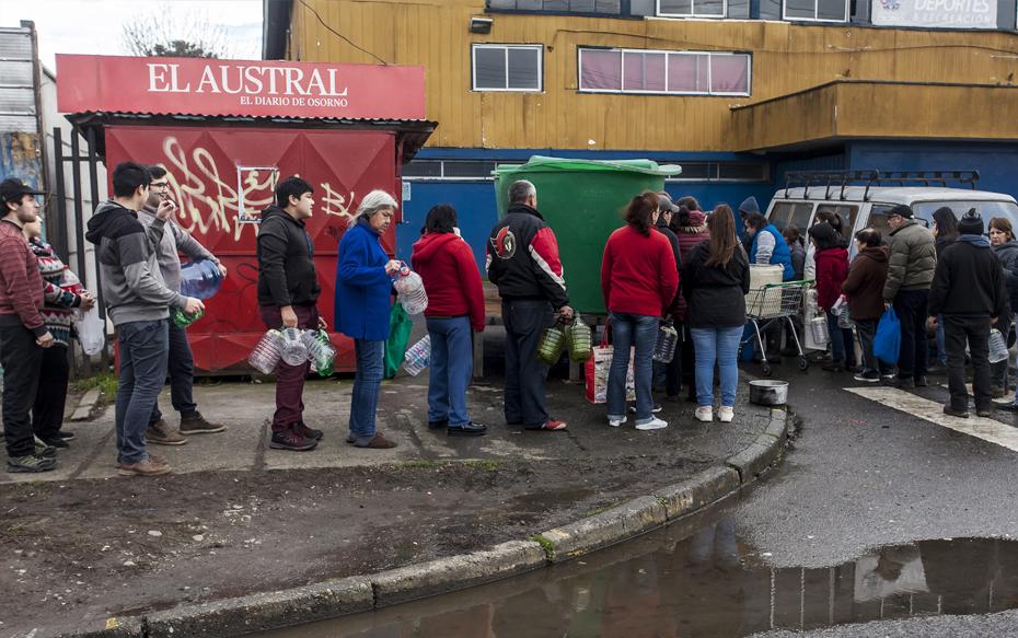 Galería: Turbiedad de agua y largas filas marcan compleja situación en Osorno por corte de suministro