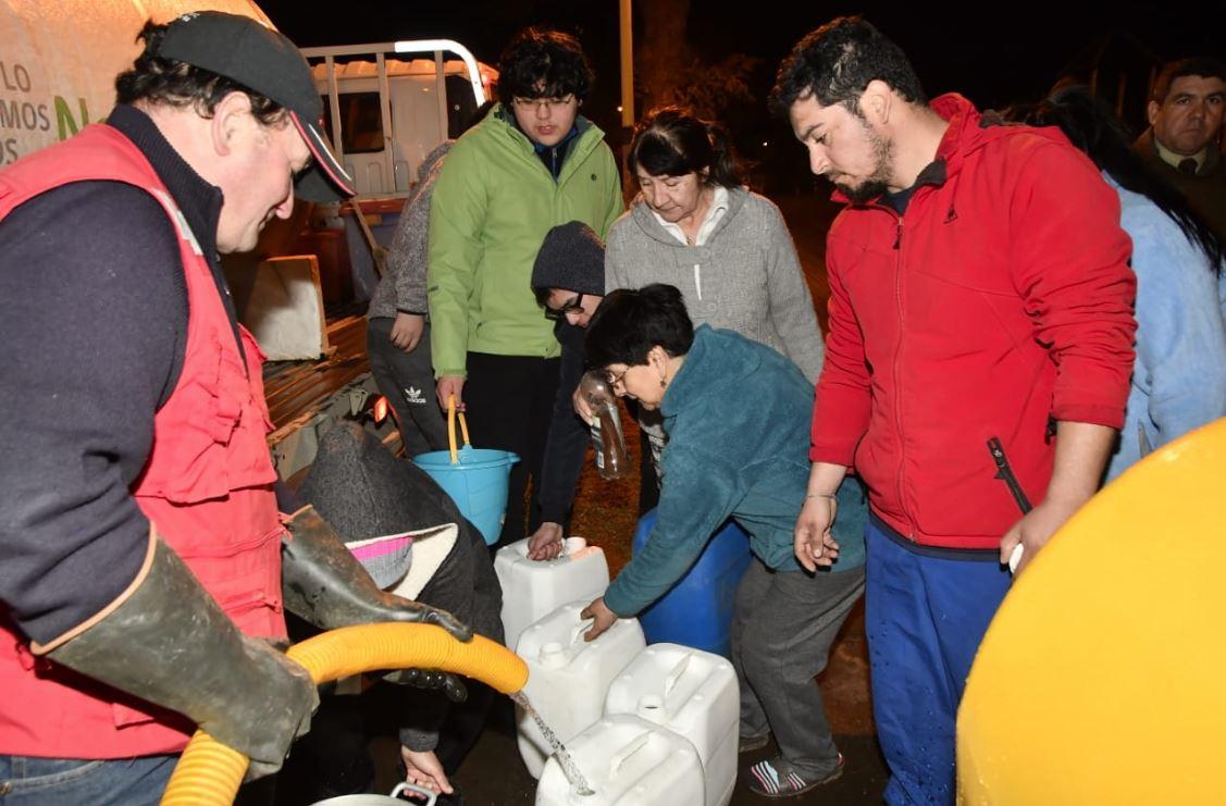 """Gobierno exige a Essal restituir de aquí al martes agua en Osorno y dice que a la empresa """"le quedó grande el poncho"""""""