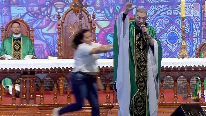 Video: Sacerdote brasileño cae del escenario tras ser empujado por una mujer durante actividad religiosa