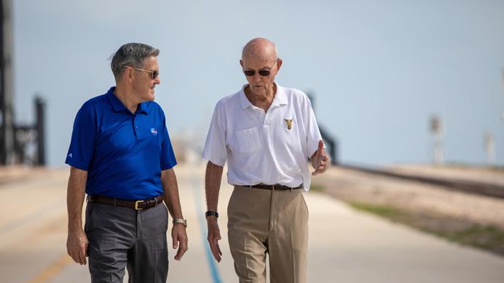 """Collins, tripulante del Apolo 11: """"Armstrong fue portavoz de tres hombres que tuvieron el privilegio de dar la vuelta al mundo"""""""