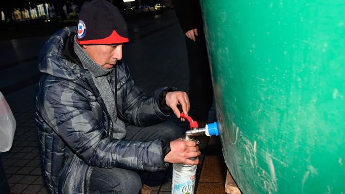 Alcalde asegura que 50% de Osorno se mantiene sin agua y vecinos piden rellenar acopios