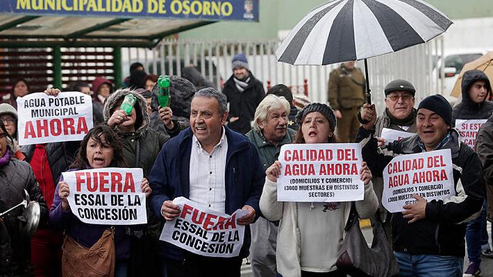 Vecinos marchan contra Essal en Osorno y Moreno reitera que reposición total del agua podría tardar días