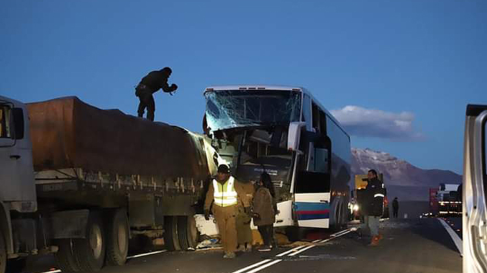 Un joven muere y decenas de personas quedan heridas tras choque entre un bus y un camión en Arica