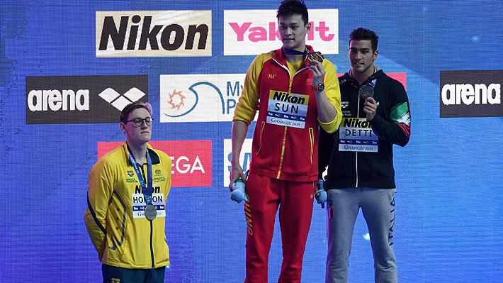 Polémica enciende el Mundial de natación: Competidores se rebelan y se niegan a compartir podio con medallista de oro