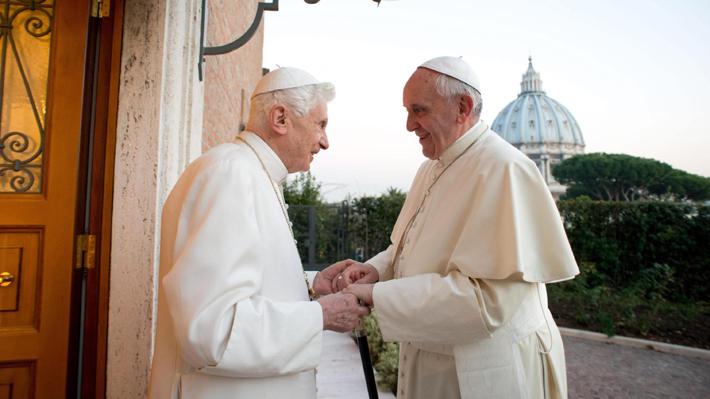 """Revelan foto de la cinta """"Los dos Papas"""" con Anthony Hopkins como Benedicto XVI y Jonathan Pryce como el Papa Francisco"""