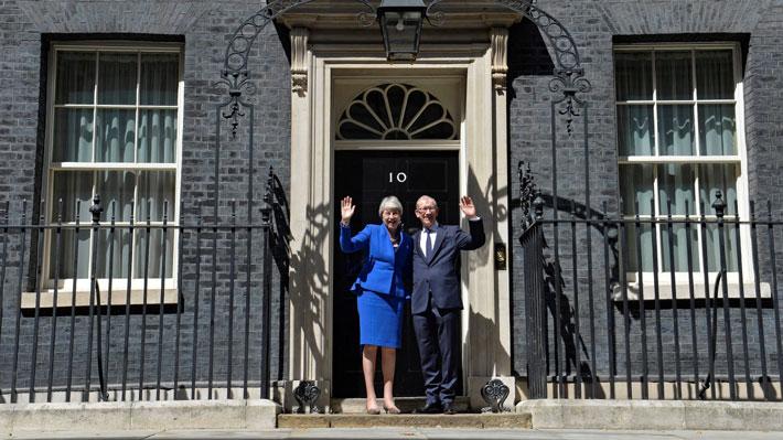 """May desea buena suerte a Johnson y es interrumpida en su último discurso como Primera Ministra: """"¡Detenga el Brexit!"""""""