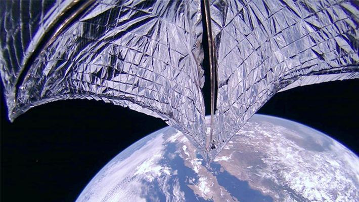 Vela solar estadounidense se despliega y envía su primera <i>selfie</i> desde el espacio