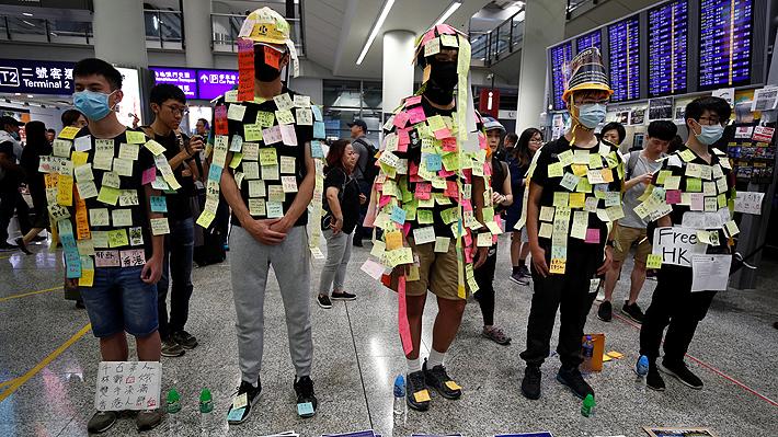 """Aeropuerto de Hong Kong es escenario de protesta para """"educar"""" a los visitantes sobre el conflicto en la isla"""