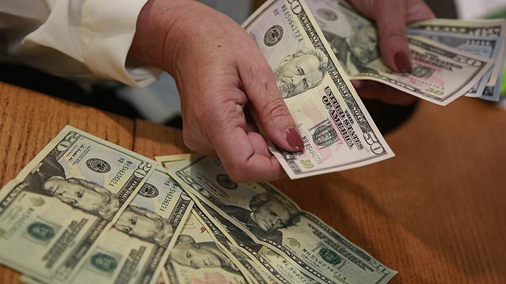 Dólar cierra con otra fuerte alza y se dispara a su mayor nivel en tres años y medio