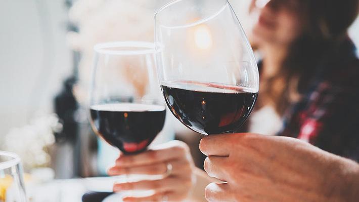 """¿Es un """"crimen gastronómico"""" poner hielo a los vinos, cervezas o espumantes? Expertos responden"""