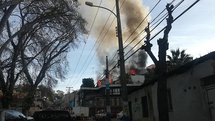 Incendio deja una adulto mayor fallecida y tres casas completamente consumidas en Viña del Mar