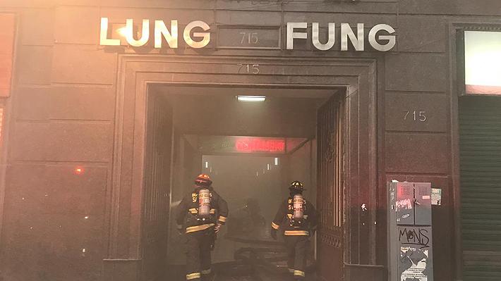 Incendio consume parcialmente reconocido restaurante de comida china en Santiago centro