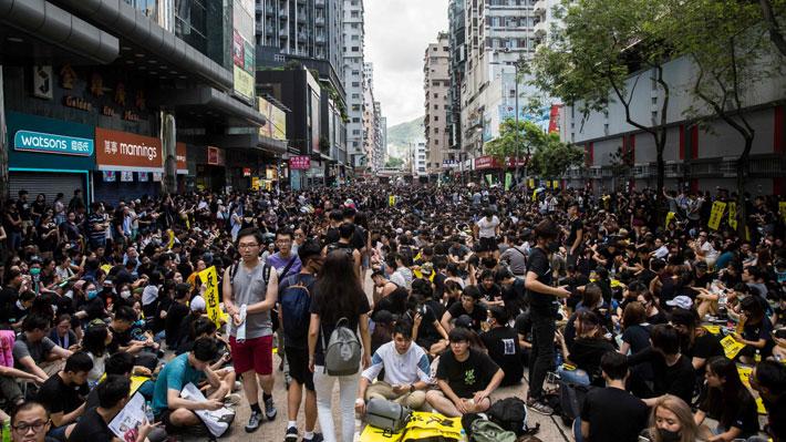 Hong Kong: Barricadas, calles cortadas y represión policial marcan primera huelga general en más de 50 años