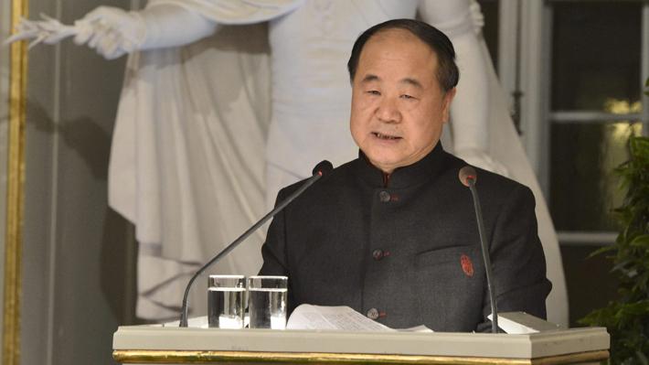 Militante del PC, pero crítico del régimen chino: Mo Yan, el Nobel de Literatura 2012 está en Chile
