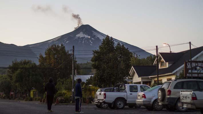 """Sernageomin declara alerta amarilla para el volcán Villarrica por """"irregularidades y explosiones menores"""""""