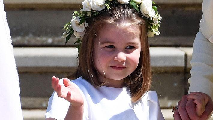Fotos: Princesa Charlotte saluda al público con un gracioso y poco protocolar gesto que incomoda a su mamá