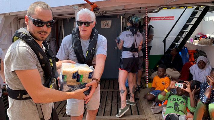 Actor Richard Gere se sube a barco y entrega ayuda humanitaria a tripulación de migrantes