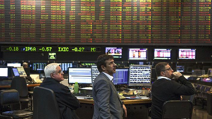 Bolsa de Argentina se derrumba y peso se hunde 15% tras primarias adversas a Macri