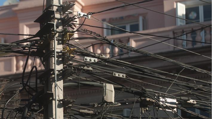 Promulgan ley que permitirá retirar dos mil kilómetros de cables en desuso: Equivale a la distancia entre Arica y Santiago