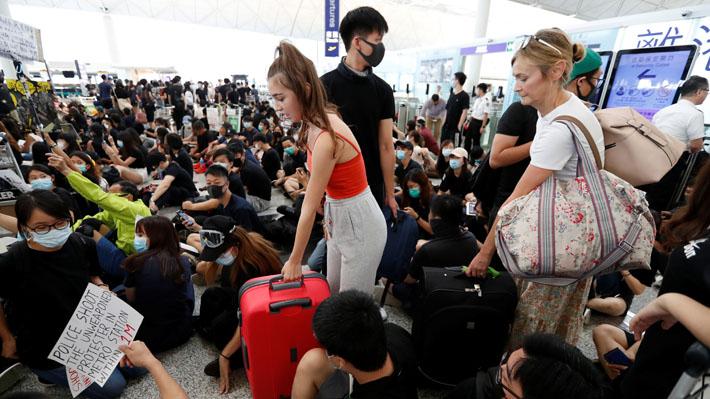 Manifestantes nuevamente protestan en aeropuerto de Hong Kong tras reanudar su actividad