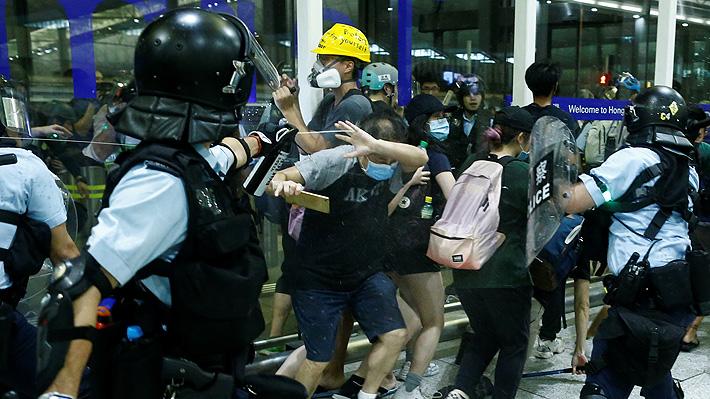 Caos en el aeropuerto de Hong Kong: Policías y manifestantes se enfrentan en medio de paralización de vuelos