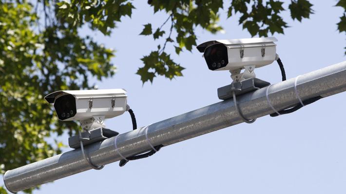 Asaltos a automovilistas: Instalarán 30 pórticos con cámaras de seguridad en la RM y reducirán espera en semáforos