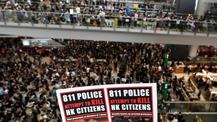 Un tribunal de Hong Kong prohíbe a manifestantes permanecer en el aeropuerto tras protestas que obligaron a cancelar vuelos
