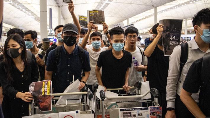 "Gobierno chino califica como ""actos de tipo terrorista"" protestas en aeropuerto de Hong Kong"