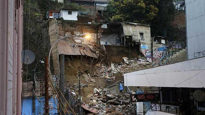 Bomberos confirma al menos seis fallecidos tras derrumbe en Valparaíso: Dos cuerpos han sido recuperados