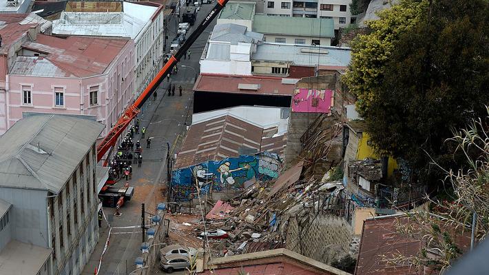 Ministro de Vivienda compromete recursos para derribar casas en Valparaíso que tienen orden pendiente de demolición