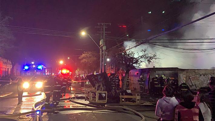 Una persona fallece y dos voluntarios de Bomberos quedan heridos en voraz incendio en una fábrica de muebles