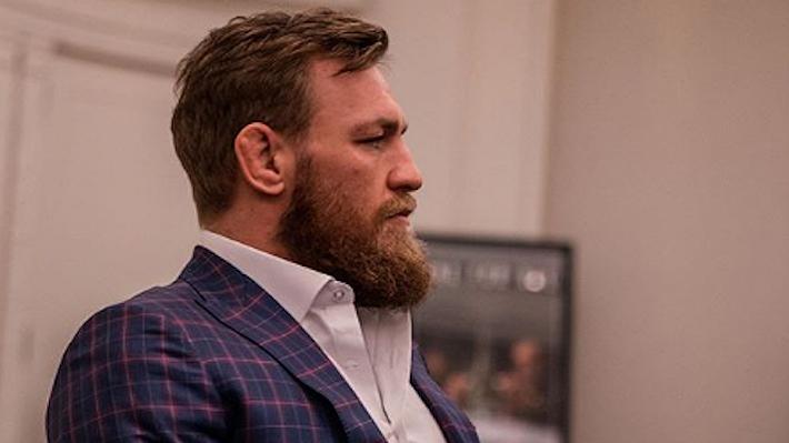 Siguen los problemas fuera del octágono para Conor McGregor... Fue captado dándole feroz puñetazo a hombre en un bar