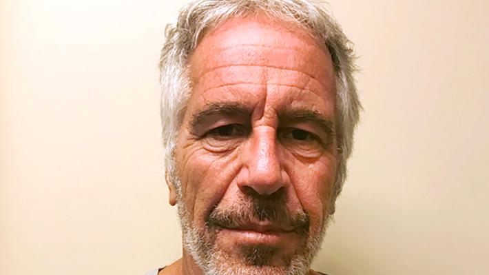 Afirman que autopsia de Jeffrey Epstein muestra fracturas en el cuello