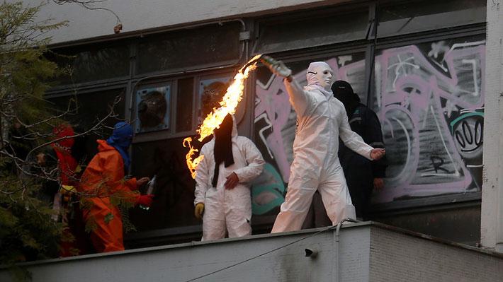 Desórdenes en I.N.: Carabineros detiene a dos estudiantes y explica por qué no intervino ante lanzamiento de molotovs