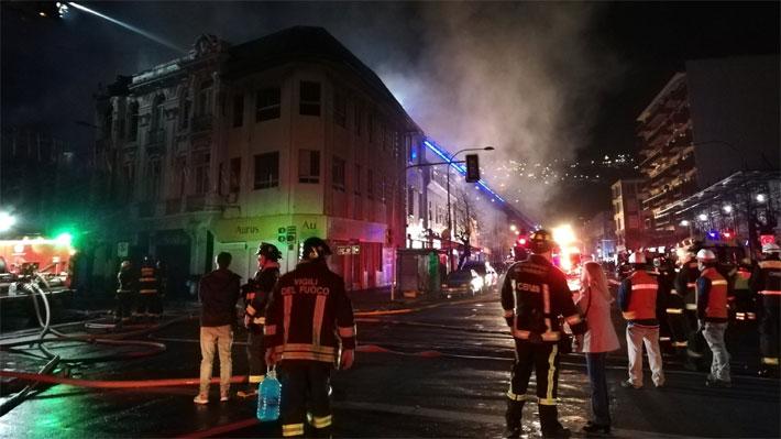 Incendio afecta a más de una veintena de locales comerciales en Valparaíso