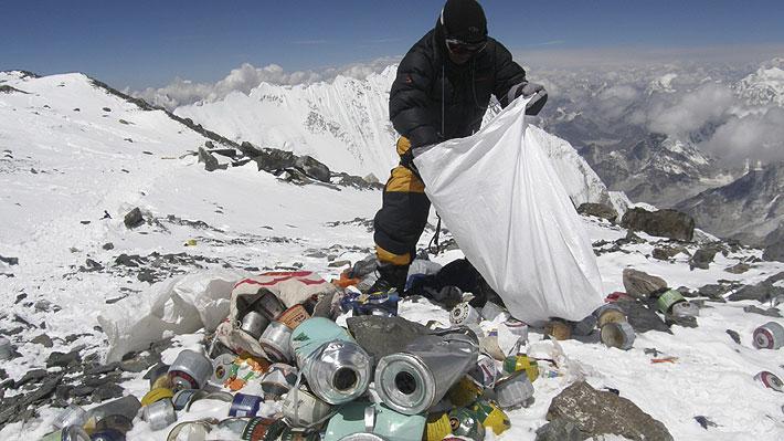 Prohíben los plásticos de un solo uso en zona del Everest: medida busca combatir los desechos que dejan los alpinistas