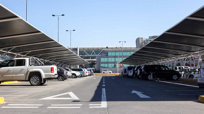 Usuarios reclaman tras alza de 19% en las tarifas de los estacionamientos del Aeropuerto de Santiago