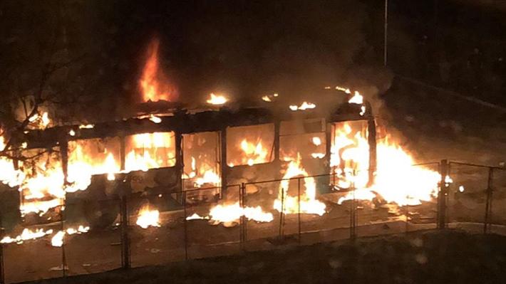 Encapuchados queman tres buses de Red y encienden barricadas en pleno centro de Santiago