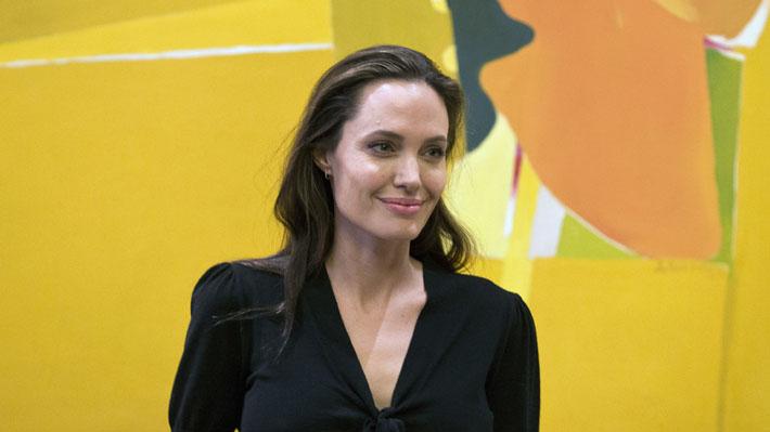 Video: Angelina Jolie se muestra emocionada al dejar a su hijo mayor en la universidad