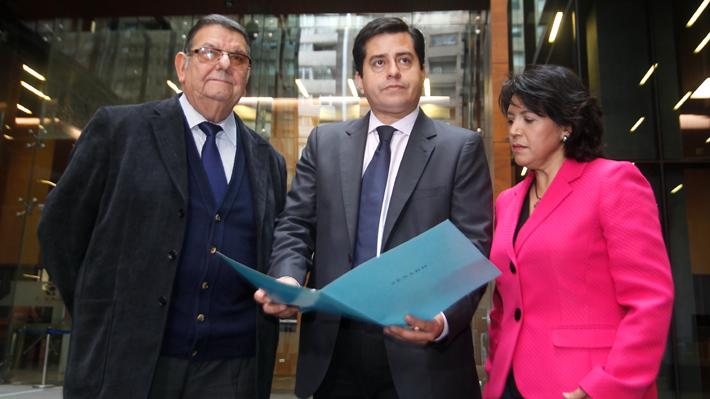 Senadores de oposición denuncian ante Fiscal Nacional a vocera de Gobierno por sus dichos contra el PS