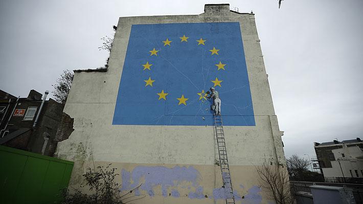 Cubren con pintura blanca un mural de Banksy que simbolizaba la salida de Gran Bretaña de la Unión Europea
