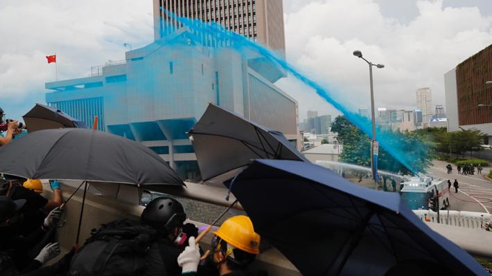 Nuevos enfrentamientos en Hong Kong: Manifestantes intentan protestar frente a la sede del Gobierno