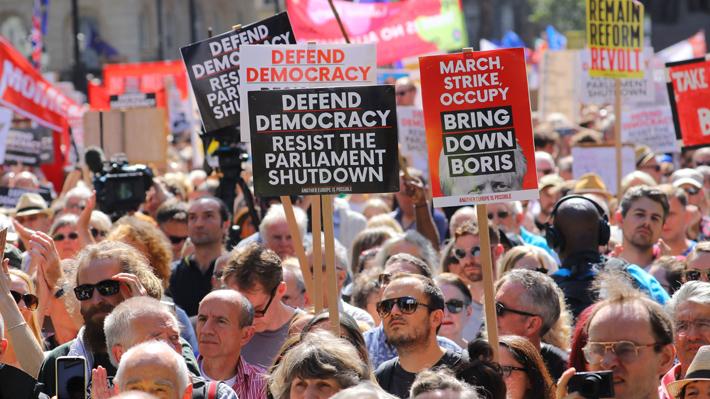Miles de personas se manifestaron en Gran Bretaña contra de la suspensión del parlamento británico