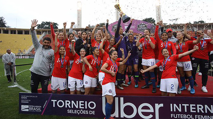 """La """"Roja"""" consigue un histórico triunfo por penales ante Brasil y se queda con el título en torneo internacional de fútbol femenino"""