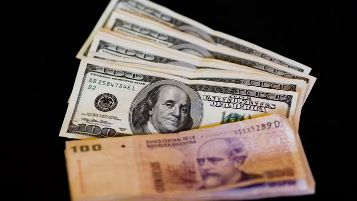 """Economistas argentinos analizan restricción de compra de dólares: """"Son manotazos de ahogado"""""""