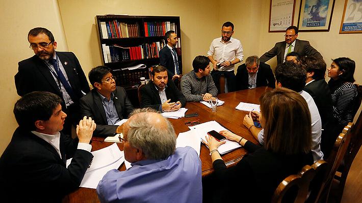 Desde la DC al FA: PS logra reunir once firmas para presentar mañana acusación constitucional contra Cubillos