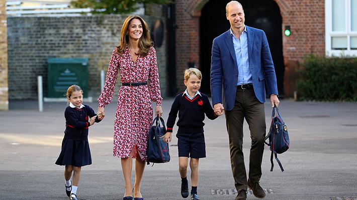 La princesa Charlotte llega a su primer día de clases acompañada de los duques de Cambridge y su hermano George