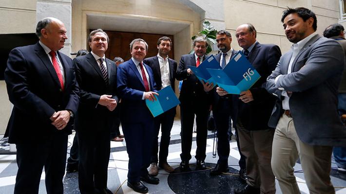 """Acusación contra Cubillos: Chile Vamos acusa """"irresponsabilidad"""" y apela a """"racionalidad"""" de la DC"""
